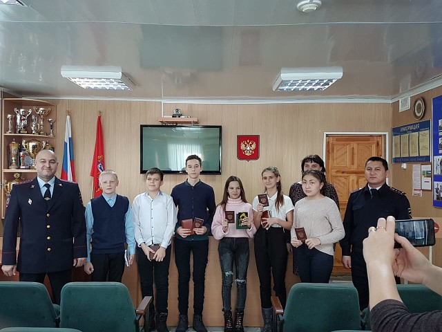 Первомайские полицейские совместно с представителем администрации вручили школьникам первые паспорта