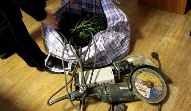 Сотрудниками уголовного розыска по горячим следам задержан подозреваемый в совершении кражи электроинструментов и 7 000 рублей с лицевого счёта