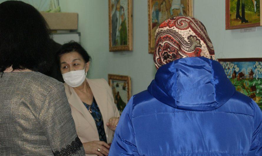 В Первомайском районе Неделя культуры началась со знакомства с персональной выставкой местной художницы Разии Ишимовой