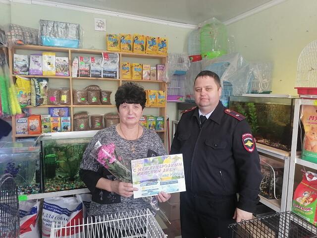 В рамках акции «8 марта в каждый дом» участковые уполномоченные полиции Первомайского района поздравили ветерана своей службы с наступающим праздником