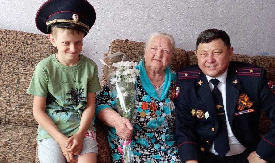 Первомайские полицейские поздравили с Днём Победы труженицу тыла