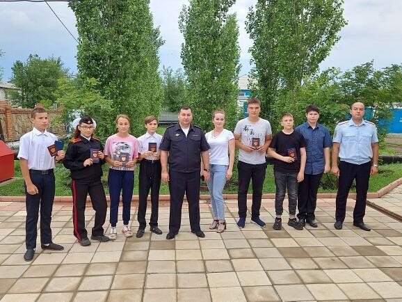 Первомайские полицейские и общественники в торжественной обстановке вручили паспорта гражданам России, достигшим 14-летнего возраста